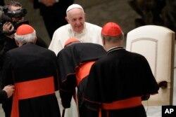 Paus Francis menyapa para kardinal di Aula Paul VI di Vatikan setelah audiensi dengan para siswa dan guru dari Universitas Katolik LUMSA, 14 November 2019. (Foto: AP)