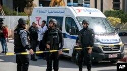 Cordão policial frente à embaixada americana em Tunes