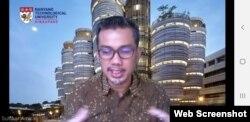Sulfikar Amir menjabarkan hasil survey terkait persepsi risiko masyarakat Surabaya terhadap virus corona (foto screenshoot Petrus Riski-VOA)