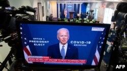 Na televizoru u sobi za brifinge u Beloj kući vidi se prenos govora izabranog predsednika Džoa Bajdena o koronavirusu, 9. novembra 2020. (Foto: AFP)