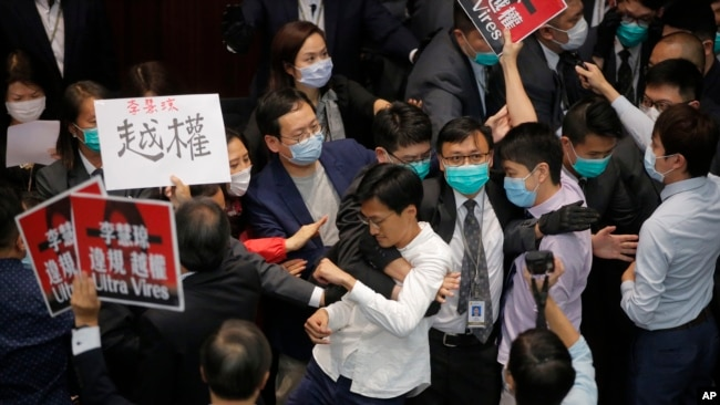 香港立法会泛民派议员在内务委员会主席选举会议上与保安和建制派议员发生推搡。(2020年5月8日)