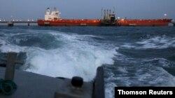 Un petrolero es remolcado a la terminal portuaria del complejo industrial de PDVSA en el estado de Anzoategui, Venezuela. [Foto de archivo]