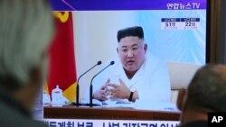 24일 한국 서울역에 설치된 TV에서 북한 김정은 국무위원장 관련 보도가 나오고 있다.