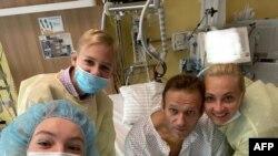 Aleskej Navalni objavio je fotografiju sa članovima porodice iz berlinske bolnice Čerite 15. septembra 2020. na svom Instagram nalogu @navalny