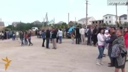 Полицейский не смог запретить участнику акции в Симферополе держать украинский флаг