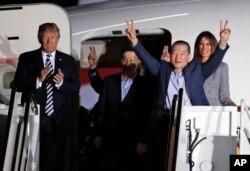 지난 2018년 5월 도널드 트럼프 미국 대통령과 부인 멜라니아 여사가 북한에 억류됐다 풀려난 한국계 미국인 김동철, 김상덕, 김학송 씨를 앤드루스 공군기지에서 직접 맞았다.