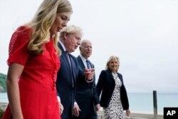El presidente Joe Biden y la primera dama Jill Biden son recibidos y caminan con el primer ministro británico Boris Johnson y su esposa Carrie Johnson, antes de la cumbre del G-7, el 10 de junio de 2021.