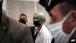 21 جون کو لی گئی تصویر میں ہراساں کی جانے والی لڑکی میلا کمرہ عدالت سے باہر جارہی ہے۔