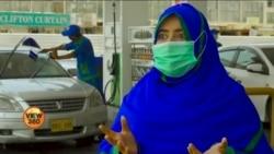 لوگوں کی گاڑیوں میں پیٹرول بھرنے والی پاکستانی خواتین
