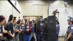 巴西警方向示威者發射催淚彈