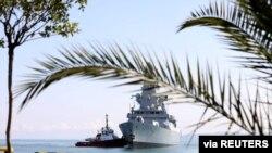 Эсминец Defender прибывает в порт Батуми. 26 июня 2021 г.