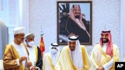 مراسم استقبال از سلطان عمان در کاخ سلطنتی - ملک سلمان، همراه با ولیعهد، محمد بن سلمان