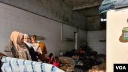 Izbeglice sa Bliskog istoka, koje su se privremeno smestile kod jedne benzinske pumpe u turskoj provinciji, kažu da žele da pređu zatvorenu grčku granicu umesto da ih odvedu u Istanbul, gde bi potencijalno mogle da postanu beskućnici ili se zaraze koronavirusom. Snimljeno 17. marta 2020.