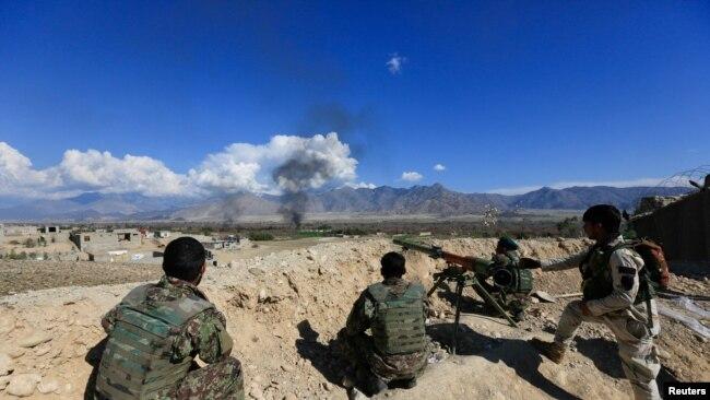 افغان سکیورٹی فورسز لغمان صوبے میں طالبان کے خلاف مورچہ سنبھالنے ہوئے ہیں (فائل فوٹو رائٹرز)