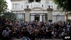 Un grupo de jóvenes intelectuales y artistas se manifiestan a las puertas del Ministerio de Cultura durante una protesta en La Habana, el 27 de noviembre de 2020.