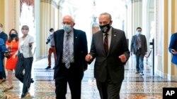 សមាជិកគណបក្សប្រជាធិបតេយ្យ លោក Bernie Sanders (ឆ្វេង) និងលោក Chuck Schumer (ស្ដាំំ) ថ្លែងទៅកាន់អ្នកកាសែត ខណៈដែលពួកគេចេញពីកិច្ចប្រជុំមួយនៅវិមានសភាសហរដ្ឋអាមេរិក ក្នុងរដ្ឋធានីវ៉ាស៊ីនតោន ថ្ងៃទី៩ ខែសីហា ឆ្នាំ២០២១។