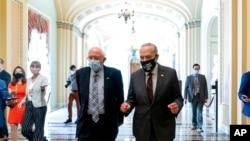 参议院多数党领袖舒默与桑德斯参议员在国会参加了一次预算决议会议后与媒体交谈。(2021年8月9日)
