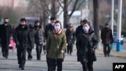 26일 북한 평양 광복거리에 나온 시민들이 대부분 마스크를 쓰고 있다.