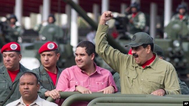 小马杜罗2018年4月13日在委内瑞拉首都与马杜罗一起参加阅兵式。