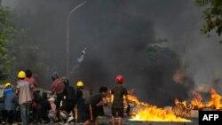 ွျမန္မာဆႏၵျပသူေတြက ဓာတ္ဆီဗံုးကို သံုးျပီး ရဲျဖိဳခြဲမႈကို အံတုစဥ္ (ဓာတ္ပံု- AFP)