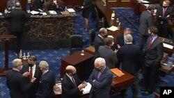 Arhiva - Republikanski senatori i osoblje Kongresa razgovaraju u sali za sjednice u pauzi drugog suđnja za opoziv predsjednika Donalda Trumpa u Senatu, na Kapitolu, 13. februara 2021. (Senate Television via AP)