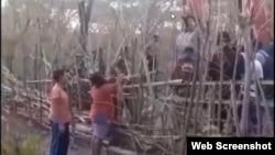 Masyarakat adat Pubabu berupaya memblokir alat berat untuk mencegah penggusuran di Desa Linamnutu, Kecamatan Amanuban Selatan, Kabupaten Timor Tengah Selatan, NTT. (Tangkapan layar via Zoom)