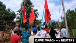 Para pengunjuk rasa membawa bendera saat mereka memprotes kudeta militer di sebuah desa di Launglon, Myanmar, 9 April 2021. (Foto: Courtesy/Dawei Watch via Reuters)