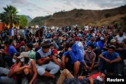 Un grupo de hondureños de la nueva caravana de migrantes descansan en Vado Hondo, Guatemala el 17 de enero de 2021.