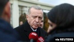 레제프 타이이프 에르도안 터키 대통령이 지난 21일 이스탄불에서 기자들의 질문에 답하고 있다.
