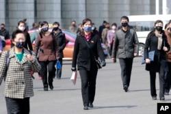 지난 4월 북한 평양의 거리에서 시민들이 신종 코로나바이러스 감염증(COVID-19)을 막기 위해 마스크를 착용하고 있다.
