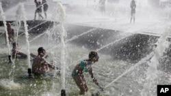 سن پیترزبورگ، روسیه - مردم برای فرار از موج گرما به حوض ها و فواره های شهر پناه برده اند - ۲۷ ژوئیه ۲۰۱۹