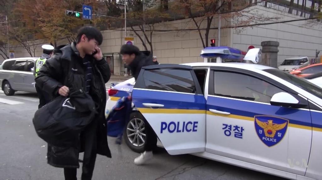 Policía transporta estudiantes. Fuente: Google Search.