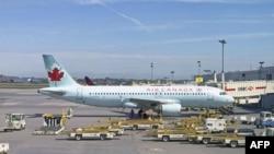 Máy bay Air Canada đậu tại phi trường Trudeau gần Montreal, Canada.