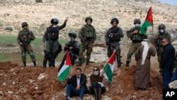Palestinci protestuju pred izraelskim vojnicima zbog blizu Nablusa na Zapadnoj obali, 27. novembra 2020.