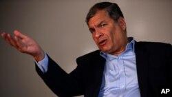 La negativa de la justicia ecuatoriana a conceder la pensión vitalicia al expresidente Rafael Correa está ligada a los pedidos para que éste se presente ante los tribunales y a una orden de captura que ha emitido Interpol.