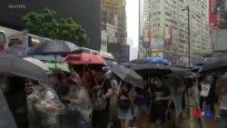 香港數萬民眾冒雨抗議禁蒙面法 (粵語)