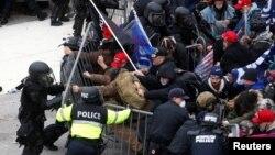 ARHIVA - Pristalice bivšeg predsjednika Donalda Trumpa probijaju policijski kordon, 6. januar 2021. godine (Foto: AP)