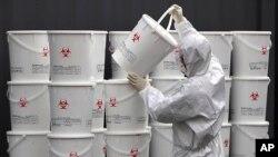სამხრეთ კორეაში სამედიცინო პერსონალი კორონავირუსით დაავადებული პაციენტების მიერ მოხმარებულ სამედიცინო ნარჩენებს უსაფრთხო ადგილზე აგროვებს
