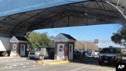 Ворота военно-морской базы Пенсакола во Флориде (архивное фото)