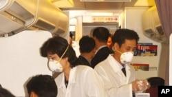 지난 2003년 4월 사스 사태 당시 평양 순안공항에서 북한 의료진이 외국 방문객들의 체온을 확인하고 있다.