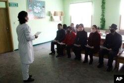 지난 1일 북한 평양의 인민병원에서 간호사가 시민들에게 신종 코로나바이러스 감염증(COVID-19)에 대해 설명하고 있다.