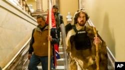 特朗普總統的支持者衝入國會大廈後沿著參議院議事廳外的階梯往下走。 (2021年1月6日)