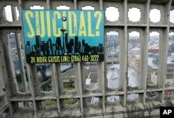 미국 시애틀의 오로라 다리에 자살 위기 상담 전화번호를 알리는 안내문이 붙어있다. (자료사진)