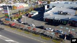 Antrean kendaraan memadati lantatur (drive through) sebuah restoran cepat saji di Christchurch, Selandia Baru, Selasa, 28 April 2020, saat negara tersebut mulai melonggarkan pembatasan 'lockdown' sebagai bagian dalam menangani pandemi corona.