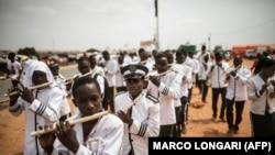 Une fanfare de l'Église kimbanguiste défile à Luanda lors d'un meeting du MPLA, le parti au pouvoir en Angola, le 19 août 2017.