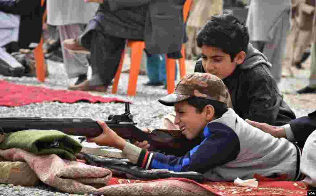 نشانہ بازی اور رائفل شوٹنگ کو بلوچ ثقافت کا اہم جزو سمجھا جاتا ہے اور بچے بھی اس میں بڑھ چڑھ کر حصہ لیتے ہیں۔