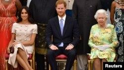 د برتانیې ملکه، دویمه اېلېزابټ، لمسی یې پرېنس هري، او د پرېنس هري مېرمن، مېگن