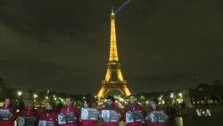 """""""Crimes contre les journalistes"""" : RSF éteint la Tour Eiffel (vidéo)"""
