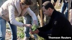 ဆီးရီးယာသမၼတ al-Assad နဲ႔ ဇနီး Asma တို႔ Draykish ၿမဳိ႕မွာ သစ္ပင္စိုက္ေနစဥ္။