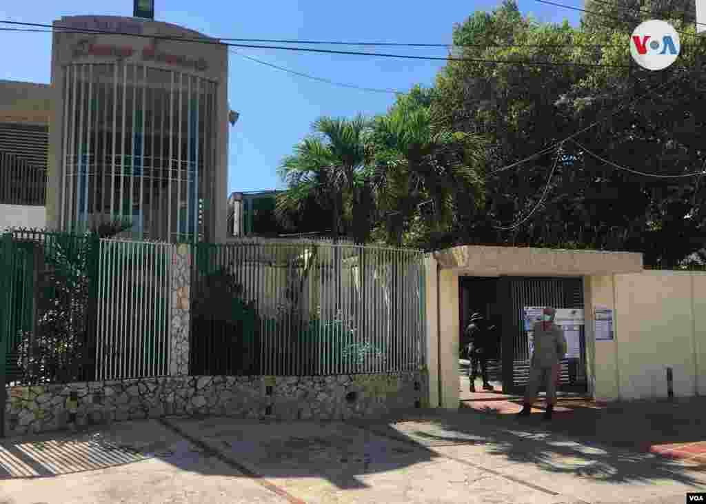 Así lucía el colegio Domingo Sarmiento, de Maracaibo, estado Zulia. Esta entidad aporta la mayor cantidad de diputados del Parlamento. Maracaibo, diciembre 6 de 2020. Foto: Gustavo Ocando - VOA.